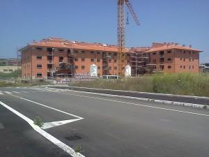 Costruzioni realizzate con finanziamenti pubblici che invece di risolvere l'emergenza abitativa favoriscono la speculazione